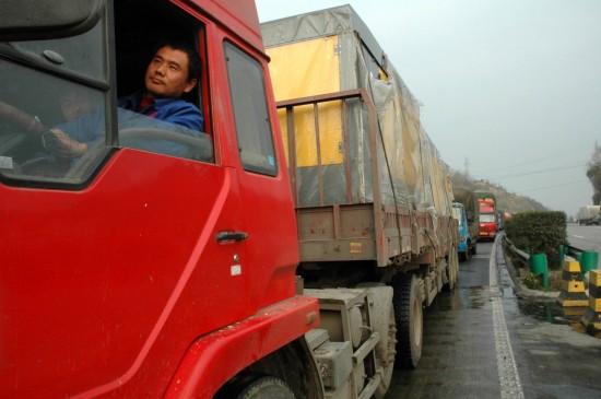 京昆高速陕川交界处堵车队伍达45公里
