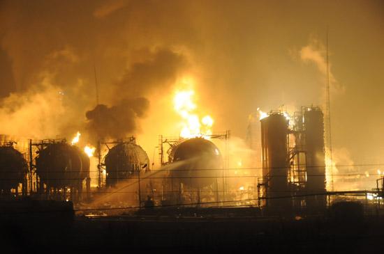 兰州石化工厂爆炸事故造成5人失踪(组图)