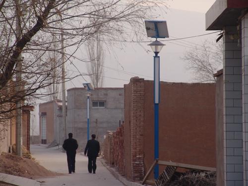 走进西固区达川乡岔路村,印入眼帘的是平坦的水泥路和一排排整齐