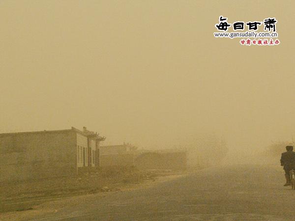 下午,大风沙尘天气突袭了武威,凉州区的天空一片昏暗.    摄 -河
