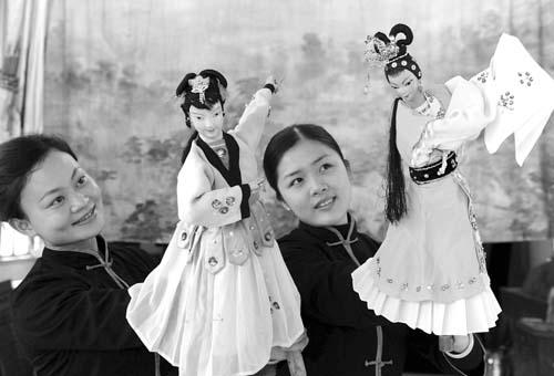 福建省晋江市木偶剧团演员在排练掌中木偶戏
