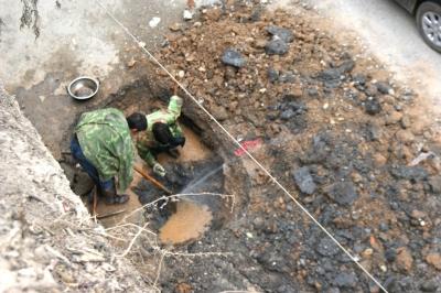 几名工人在铺设城区集中供热管网时将自来水管挖断,造成附近居民停水