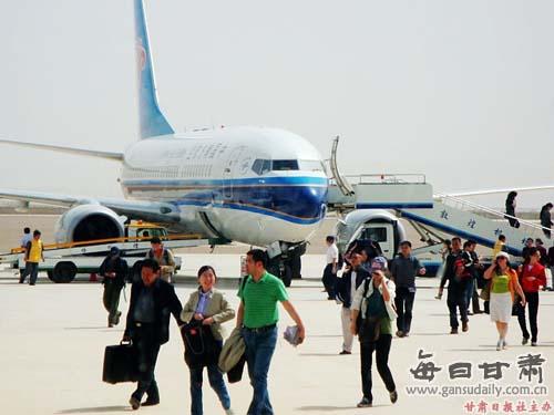 据机场工作人员介绍,自5月1日国航恢复北京-敦煌的航班以来,往返敦煌
