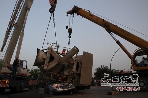 一辆大型混凝土搅拌车发生侧翻将一辆大众小轿车压在罐体底部,五人被