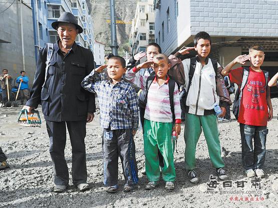 【舟曲特别报道】放学路上 小学生向武警敬礼(图)