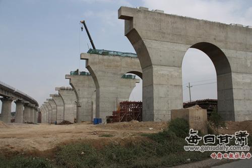 兰渝铁路榆中境内桥墩主体完工