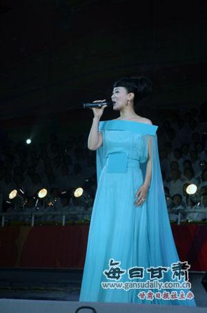 年歌唱家、国家一级演员、总政歌舞团独唱演员谭晶为晚会压轴表演