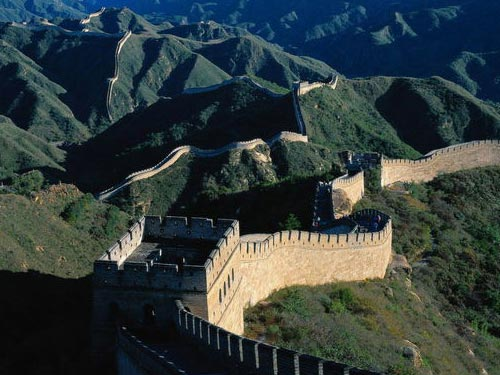 长城的图案选取从空中俯视的角度,表现出长城依山蜿蜒的巍峨高清图片