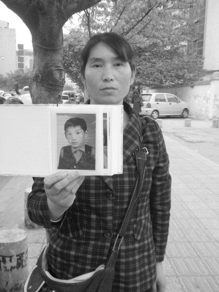 柳云萍/两年前,我市镇原县的13岁男孩段玉玺因被同学欺负而离家出走。