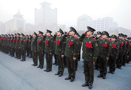 即将退伍的老兵向国旗敬礼