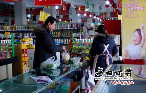 姜爱平/武威日报讯12月13日,一位市民在北关某超市购买蔬菜。我市近期...