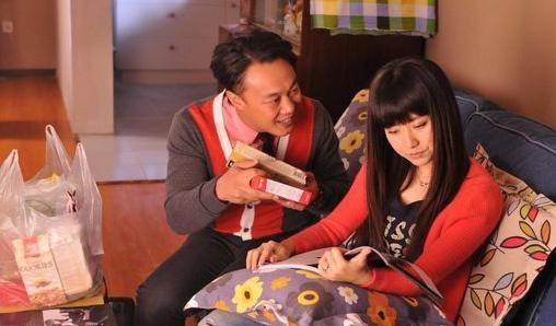 陈奕迅饰演的崔国民,隐瞒了婚姻状态博取高薪职位.