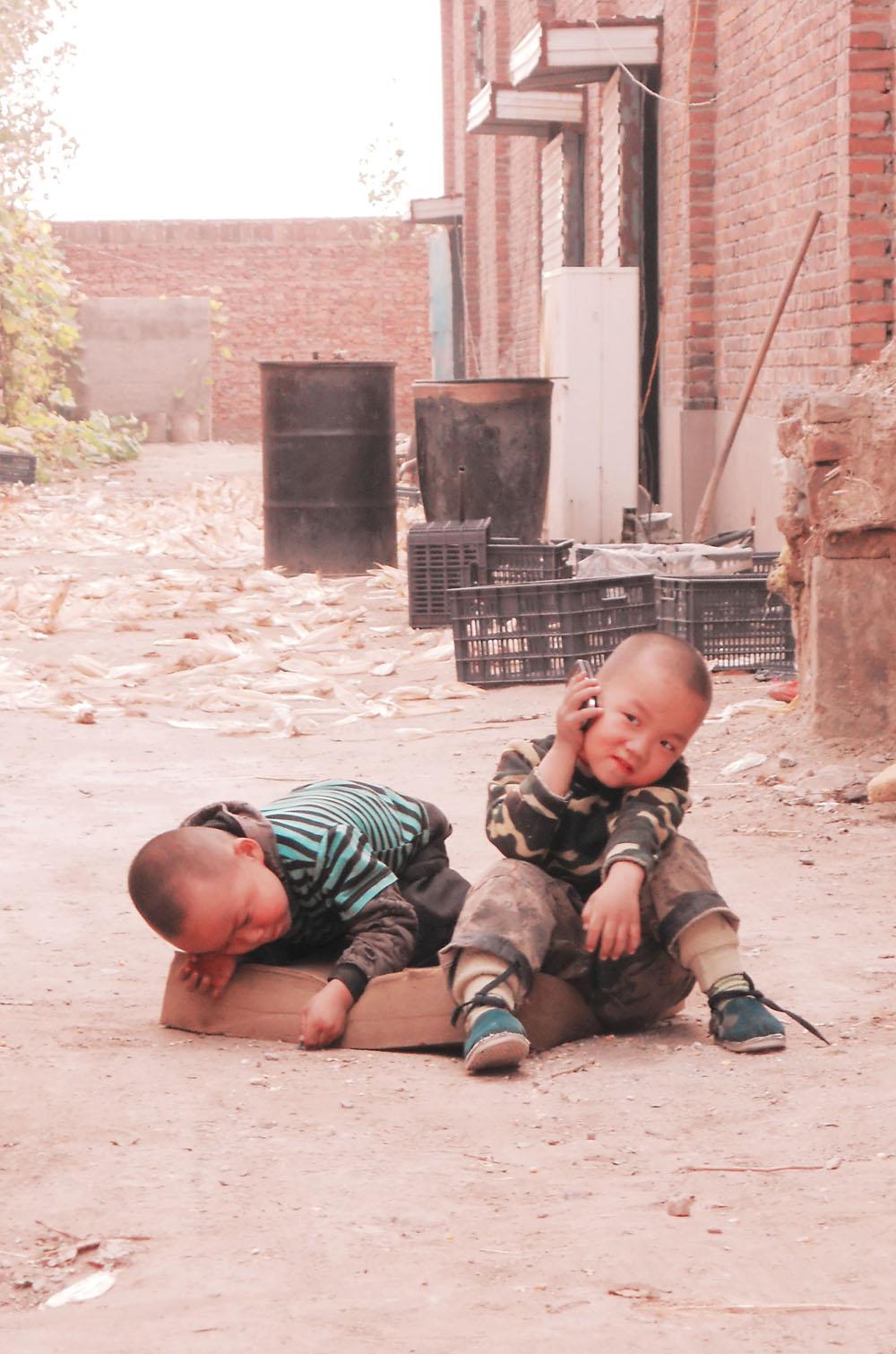 双胞胎小孩子的图片穿动物衣服