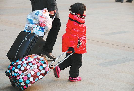 石家庄火车站广场 拉着行李的小女孩新华社发
