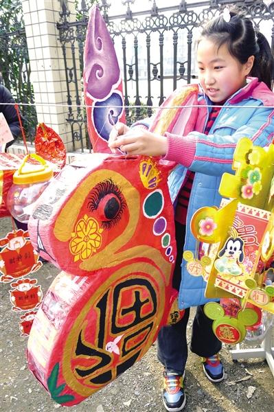 杭州求是小学学生将各自设计制作的创意环保彩灯悬挂在校门外的低碳图片