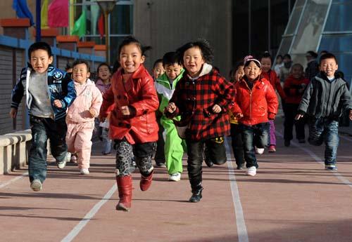 陕西省吴起县第二幼儿园的小朋友在进行跑步比赛(2010年11月12日