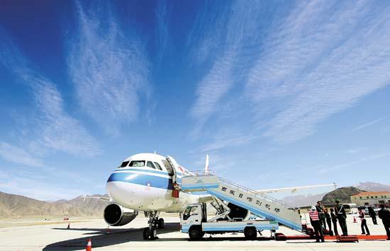 西藏日喀则机场首架飞机降落