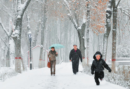 据悉,昨日15时,天气逐渐转晴,乌鲁木齐机场的航班陆续恢复正常.