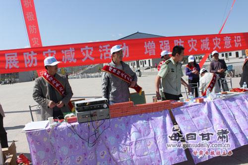 专职队员们走进人群将一本本《中华人民共和国消防法