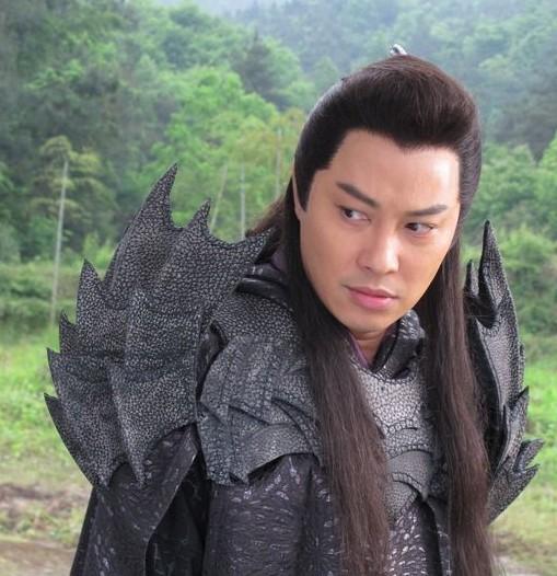 搜神记 横店热拍 谭耀文新造型酷似蝙蝠侠