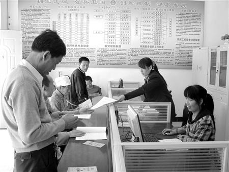 镇原县 太平镇/图为5月中旬的一天,镇原县太平镇的群众在镇行政服务中心咨询...