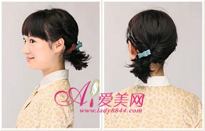 将除了刘海的其它短发全部扎成可爱的小马尾辫子