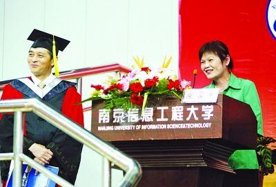 吴阿姨风趣的演讲让站在旁边的校领导也忍俊不禁。