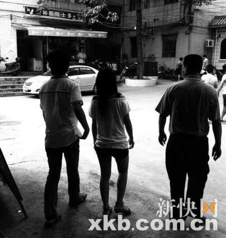 昨日,小霞在家人陪同下到医院做检查。 新快报记者 王飞 摄