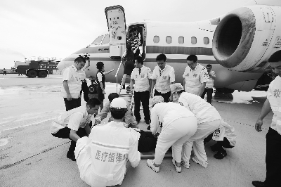 """兰州/6月30日,兰州中川机场医护人员正在抢救""""伤员""""。"""