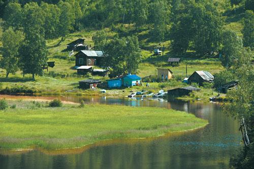 这是俄罗斯贝加尔湖畔的一个村落(摄)