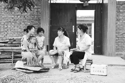 """门""""活动.图为靖远县刘川乡计划生育服务站工作人员上门为育龄妇"""