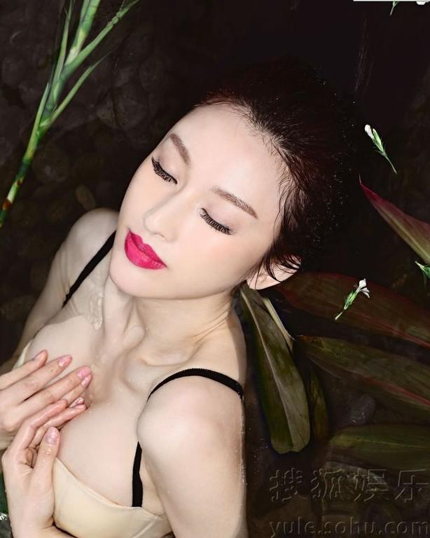 张俪妩媚妖娆水中露酥胸
