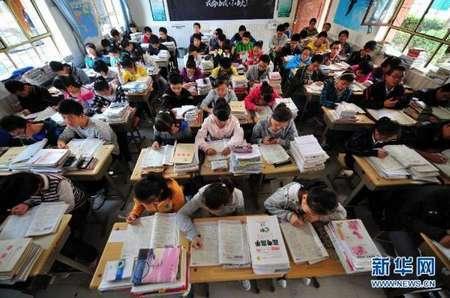 陕西省神木中学高三(2)班学生在课堂上