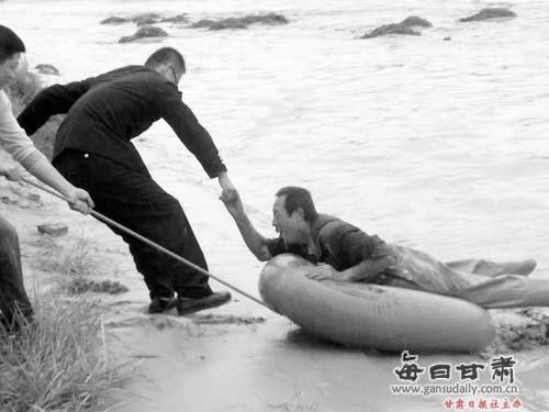 午,年近6旬的靖远县乌兰镇闇门社农民王世荣在村附近的祖厉河中打