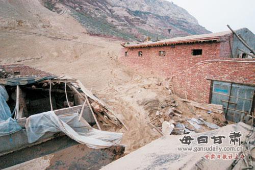 》为题,报道了西固区达川乡吊庄村地质灾害治理项目土方滑坡,造成