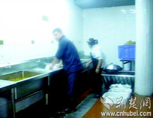 武汉/图为:图为:洗碗槽里可以看到一层油污