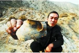 甘肃 永登/遗留在现场的彩陶碎片。