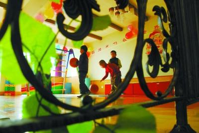 欣雨星儿童心理发展中心的小学员在接受训练
