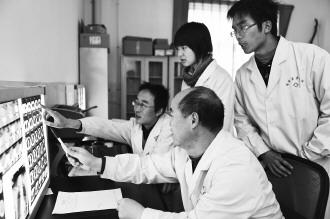 通渭县中医院CT室的医务人员正在进行病情分析 图