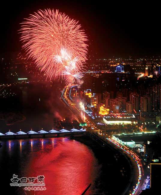 烟花 安宁/安宁焰火和黄河夜景相映成辉。本报记者党运摄