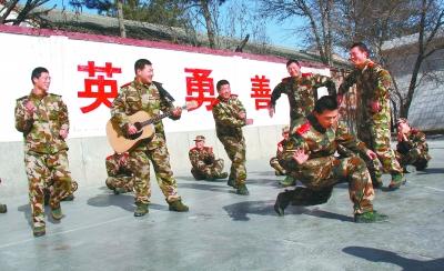 武警平凉支队的新兵在训练间隙进行娱乐活动