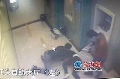 两狡猾歹徒半夜尾随单身女性进自助银行抢劫-