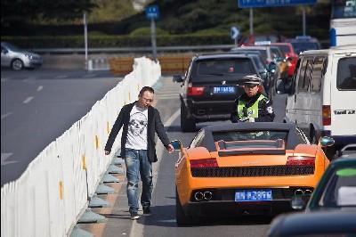 北京兰博基尼违章被交警摘牌高清图片