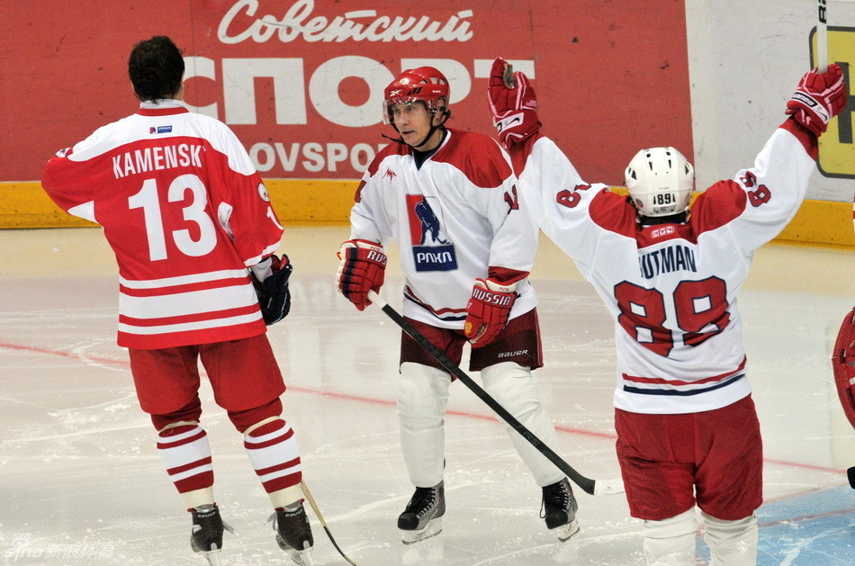 普京就职俄总统后打冰球 带球射门有模有样 高清