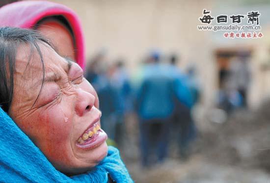 禾驮镇村民失去亲人后悲伤难抑.本报记者房毅摄影报道-雹洪之殇