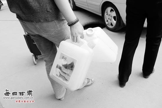 兰州一小区个别住户欠水费 小区停水已4天-水