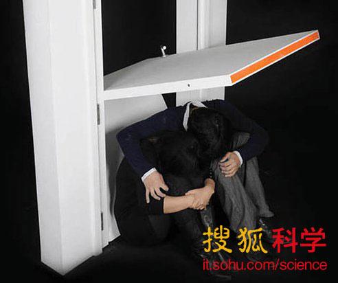 外国大学生设计地震时可保护人身安全的折叠门