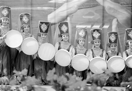 中央民族歌舞团演员表演塔吉克族舞蹈《花儿为什么红