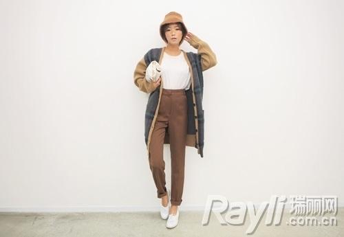 白色背心搭配棕色高腰裤和复古花纹长款针织衫
