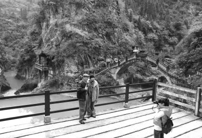 成县西狭颂风景区吸引了省内外众多游客